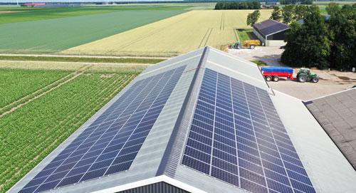 Zonnepanelen op staaldak van boerenschuur