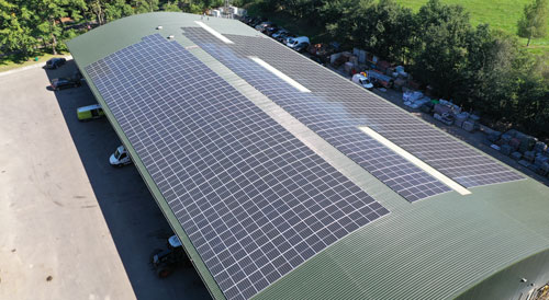 Zonnepanelen-leggen-op-opbergruimte-met-staaldak